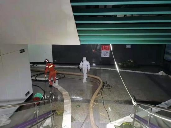 四川森林消防转战郑州地铁14号线开展排水工作