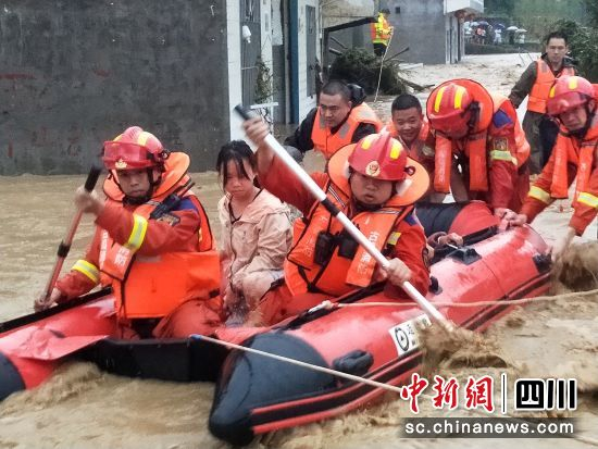 消防救援力量用橡皮艇营救转移被困民众。泸州消防供图