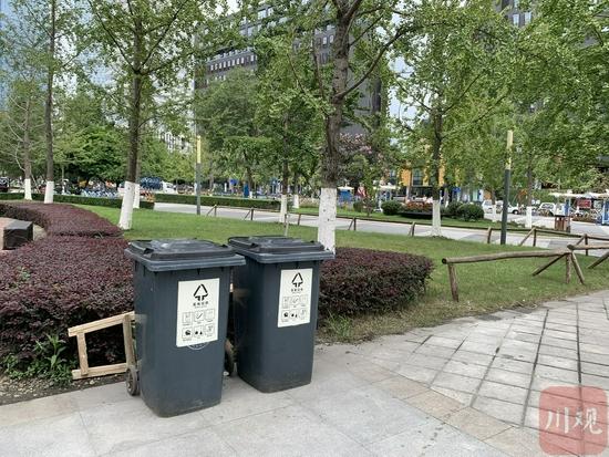 小区增设的垃圾桶
