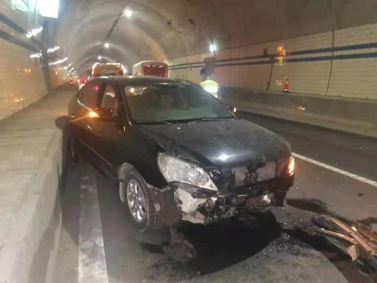 隧道内小车深夜碰撞路墩 交警发现单车事故不简单