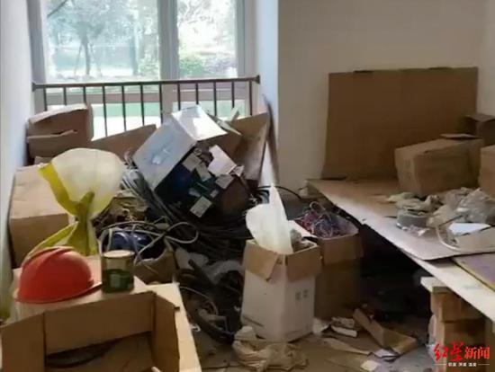 ↑房间里堆满杂物。