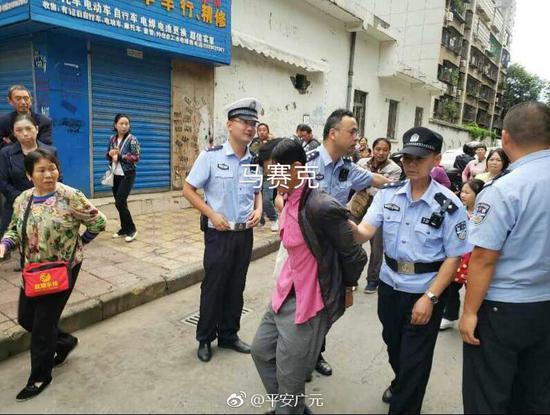 广元一男子当街抢劫小学生 跑100米后被警察制服