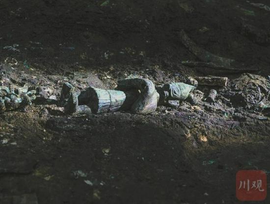 3号坑发现的青铜小人。 余嘉摄