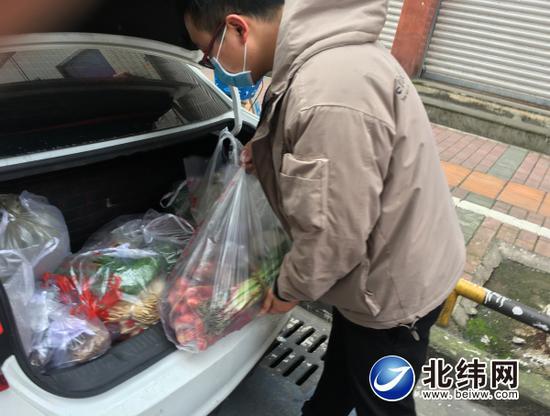 正在配送蔬菜的陈晓