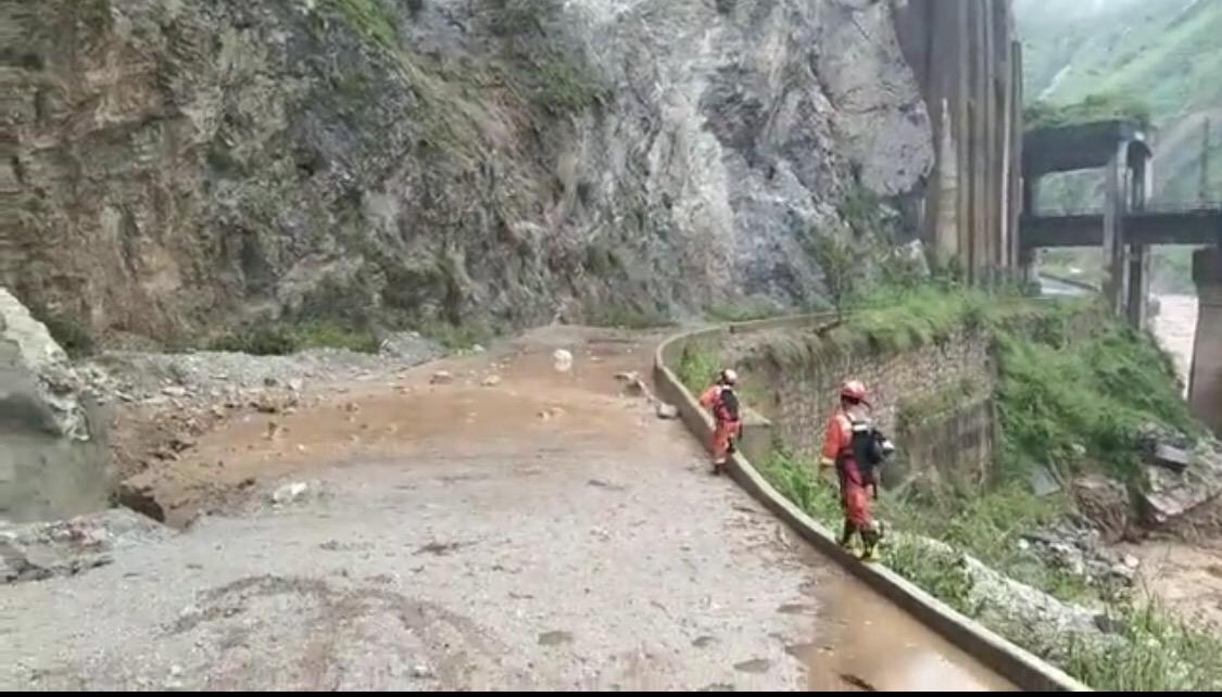 依山而建的沿江公路受损,山顶上不停有落石飞下。凉山州消防救援支队供图