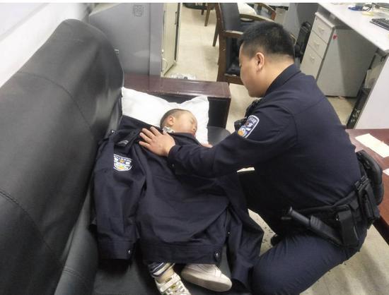 民警喊话:麻将馆开门了,也请看好你的娃儿