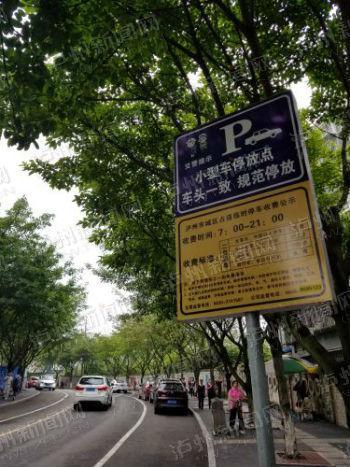 榆景路两侧都划了停车位