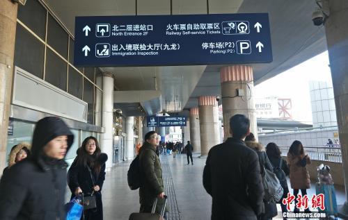 资料图:前往自助取票区的旅客。姚露 摄