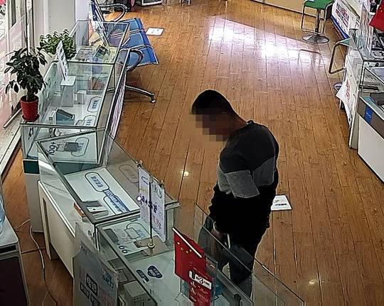 德阳男子大白天偷走手机 得手后还跟售货员聊天