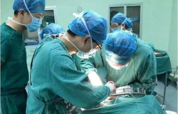 遂宁七旬老人体内取出4.1公斤重肿瘤 堪比一新生儿体重