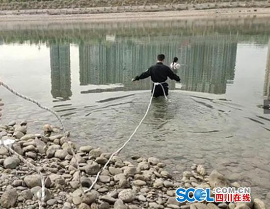 广元一女子因家庭矛盾下江轻生 民警冒险入水相救