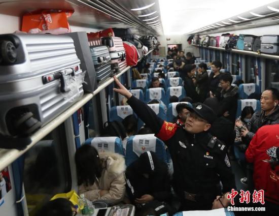 同一列车旅客行包接连被盗 铁警:不要只顾低头玩手机