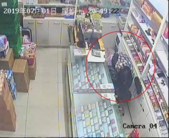 小偷15秒偷走超市营业款 刚想偷着乐结果被抓了