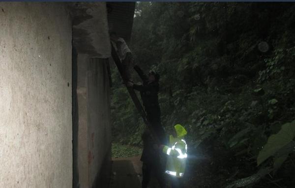 点赞!村民遇洪水被困 广元民警冒雨搭梯紧急救援
