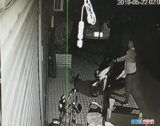 巴中执着小偷 顶着监控摄像头强行偷车