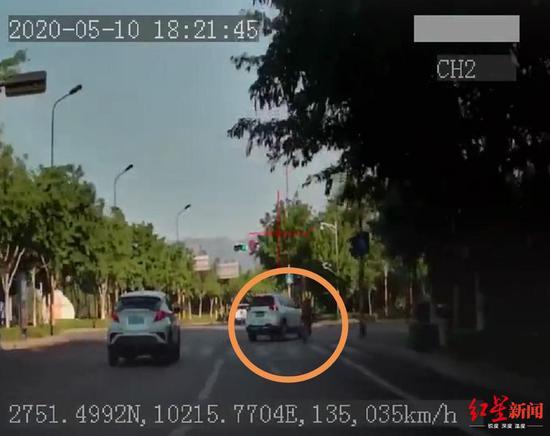 小轿车撞晕电动车车主扬长而去 的哥狂追一公里将其截停