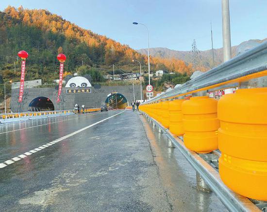 巴陕高速公路上创新布设的转子护栏。陈风摄