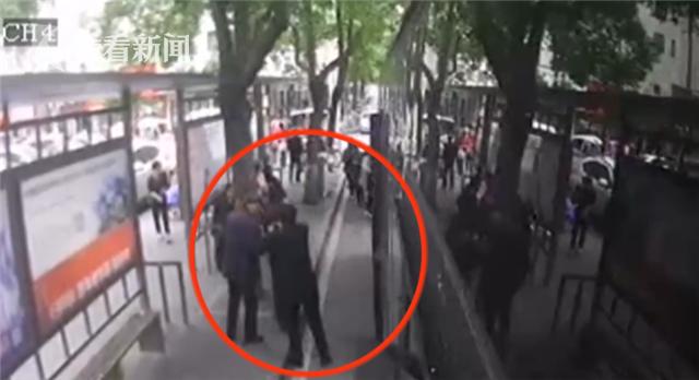 视频|好心扶人下车公交却没等他 乘客一拳打向司机