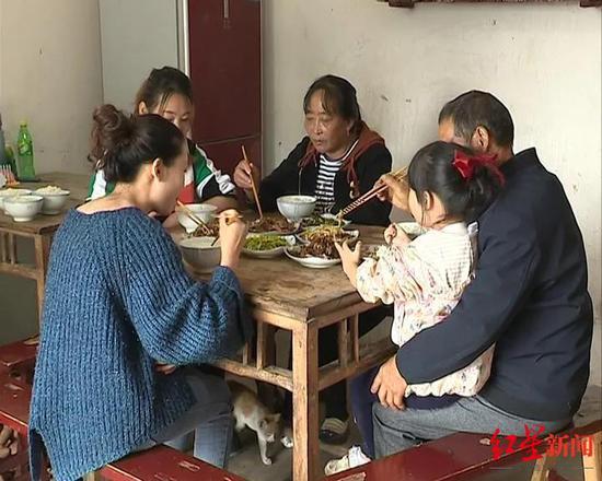 唐琳和亲生父母一家吃团圆饭