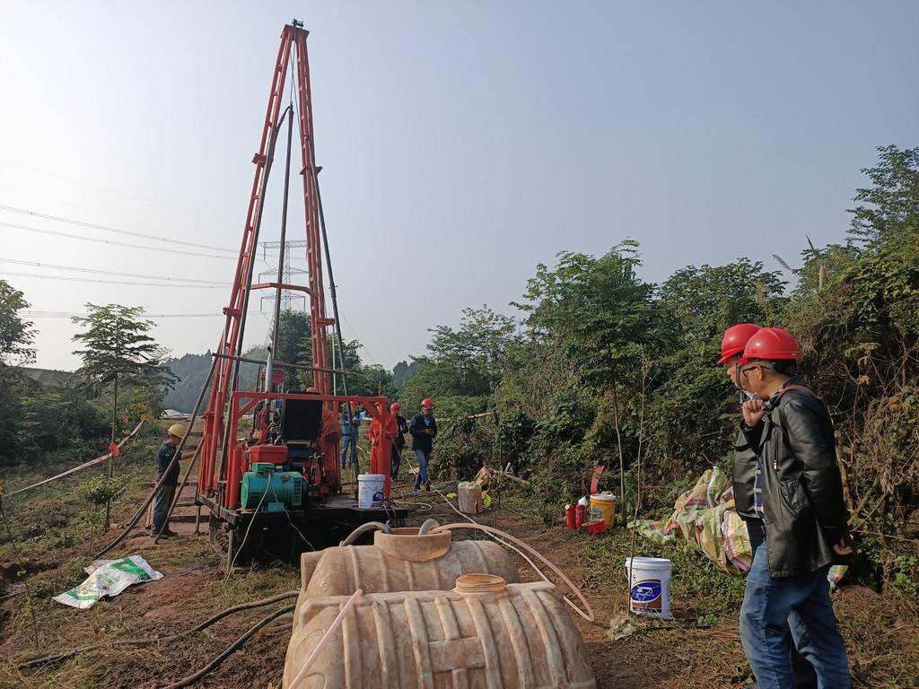 中铁二院技术人员在成渝中线上进行地质钻探