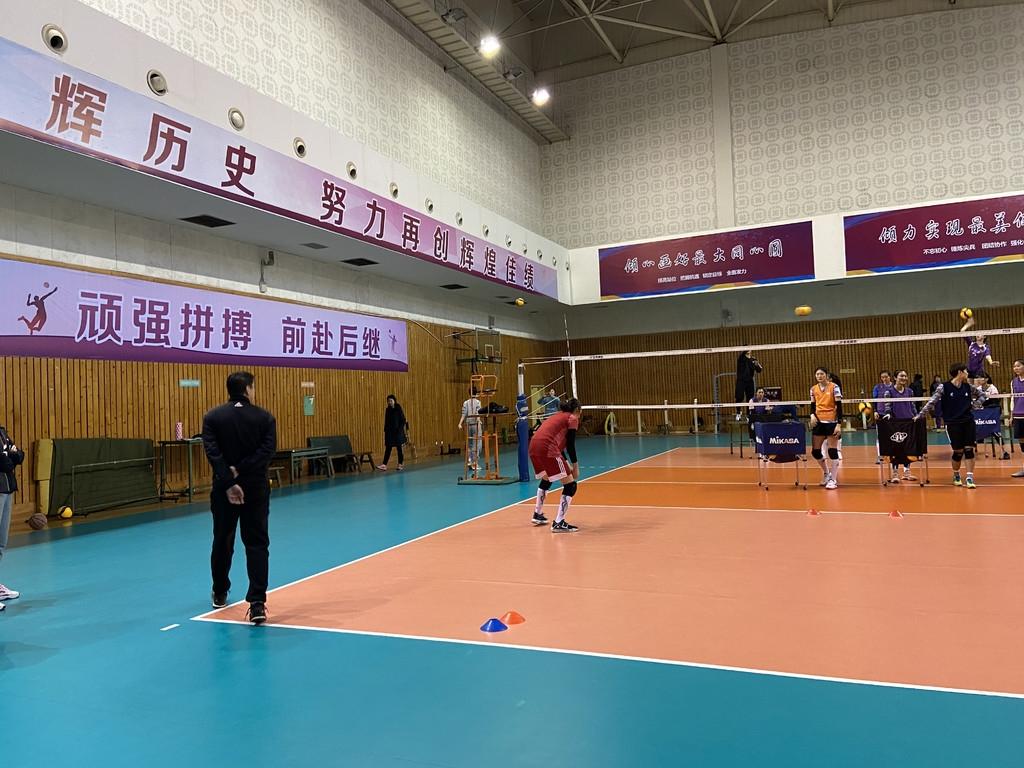 主教练叶文指导训练。邓涵予 摄