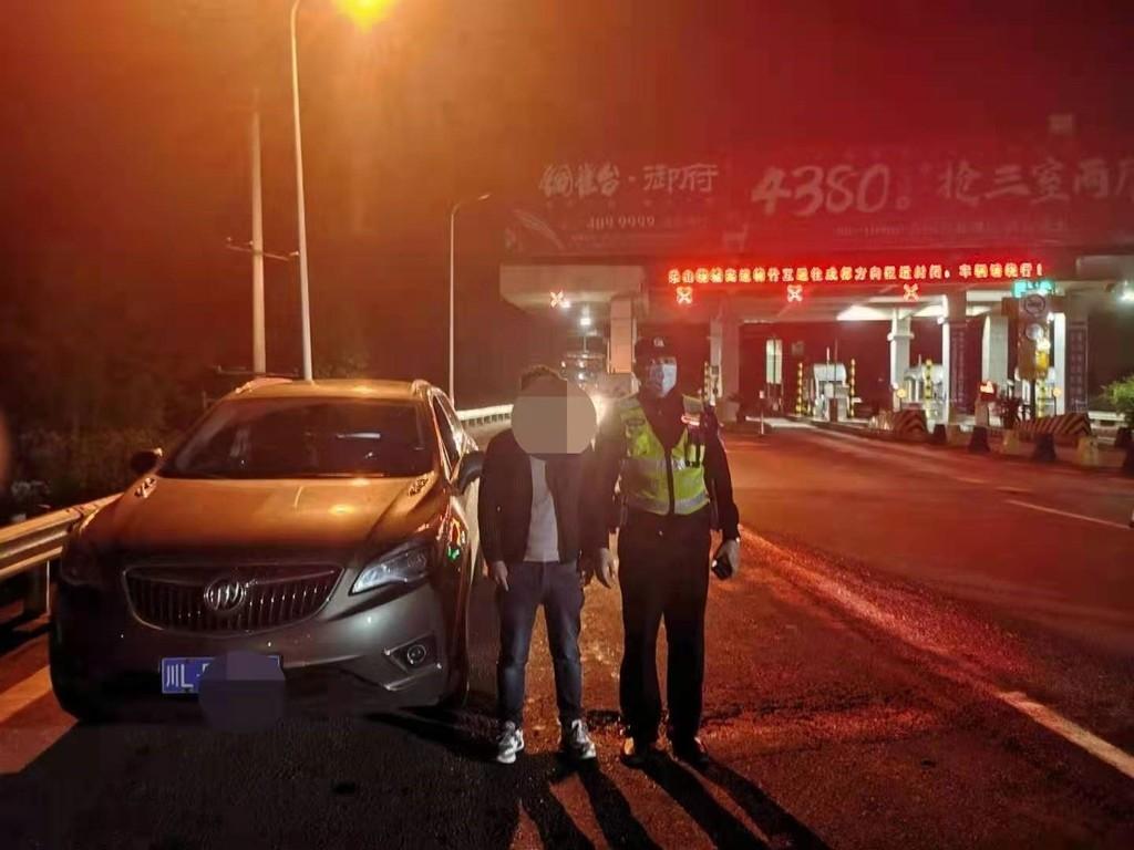 """""""自学成才""""开车上高速 """"假司机""""遭遇真警察会有什么后果"""