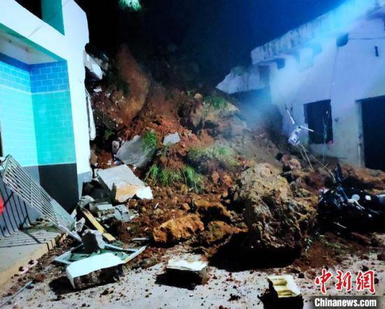 山体垮塌现场和受损的民房。 格尔全维 摄