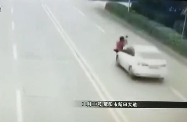 视频|老人抱孙女横穿马路被撞飞 肇事者酒驾逃逸被拘