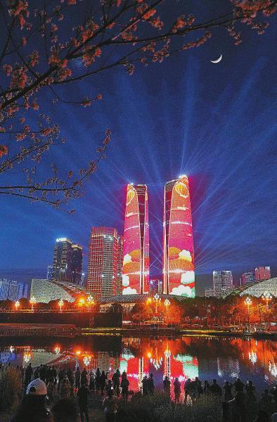 """2月17日正月初六,成都金融城""""双子塔""""上演灯光秀,流光溢彩、璀璨夺目的视觉盛宴惊艳了无数人。"""