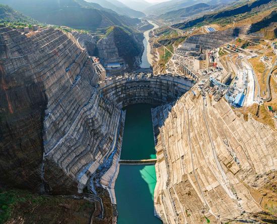 壮观!世界在建最大水电站 白鹤滩水电站大坝首批坝段浇筑到顶