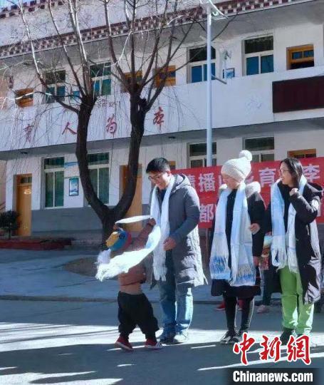 秦建锋同学在贫困山区支教。成都医学院供图