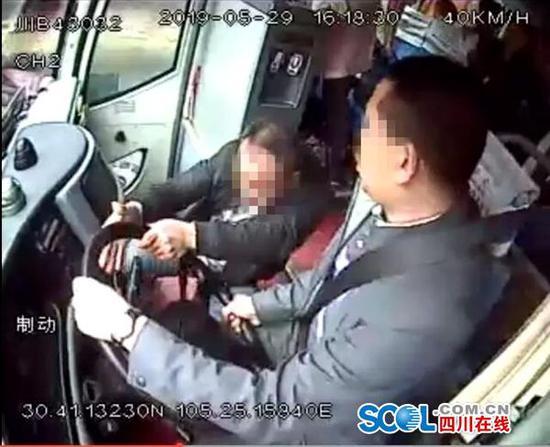 醉酒男为5元车费抢夺大巴方向盘 射洪检察:批捕