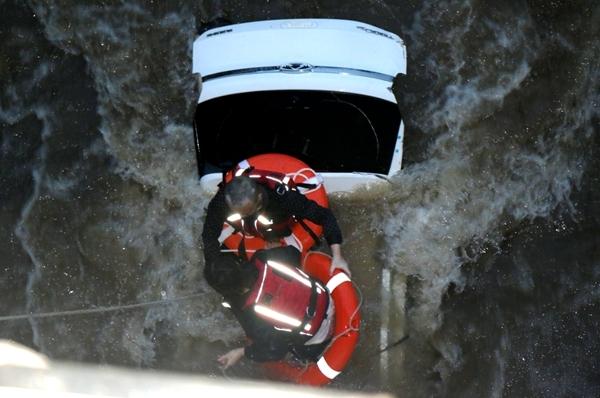 惊险!驾车强过漫水桥 广元2人被冲入河中求救