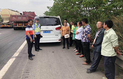 高速交警查获超员且涉嫌非法营运的小型普通客车。