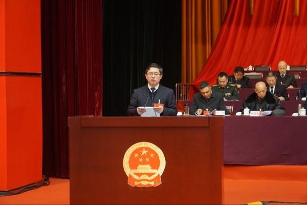 广安市市长曾卿作政府工作报告。徐小雨 摄