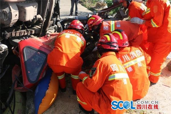 惊险!德阳三车相撞 有车辆汽油泄漏还有1人被困