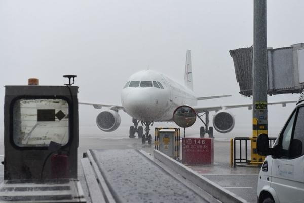 受暴雨影响 成都机场大面积航班延误 已启动黄色预案