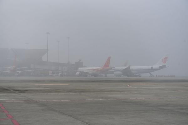 打飞的注意了!成都机场遭遇大雾袭击 上百航班积压