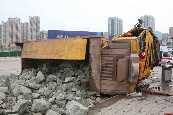 达州闹市路口大货车侧翻石块遍地 司机被困