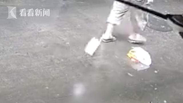 男子走路天降菜刀砸脚边 竟是楼上住户洗碗手滑