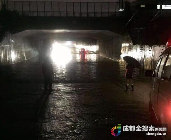 司机不顾路障冲进积水涵洞 导致车辆熄火人员被困