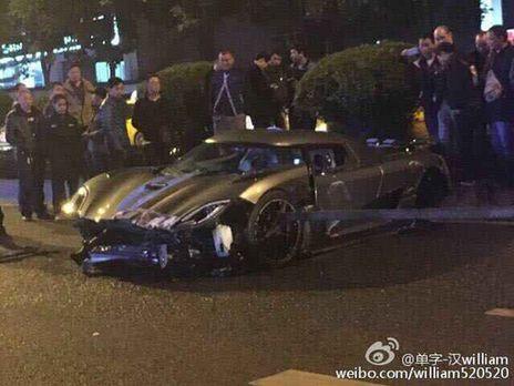 重庆一2600万超级跑车撞人行护栏