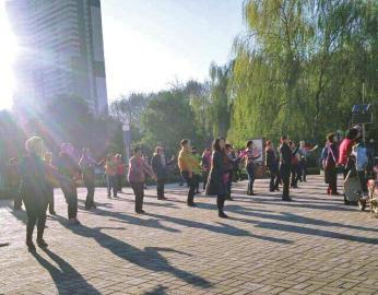调解后,广场舞秩序恢复正常。(图片由社区提供)