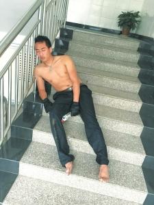 救人之后,巡警周维鹏累倒在楼梯上。