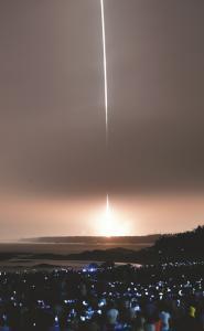 4月20日19时41分,搭载着天舟一号货运飞船的长征七号遥二运载火箭,在我国文昌航天发射场点火发射,约596秒后,飞船与火箭成功分离,进入预定轨道,发射取得圆满成功。新华社发
