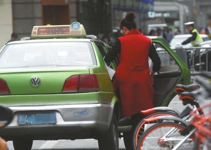 成都一出租车公司规定,一次出租车服务,司机应说5句礼貌用语。