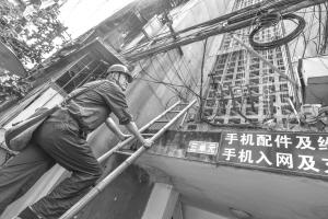 金牛区电力工人正对小区电力设施进行排查检修 王欢/摄