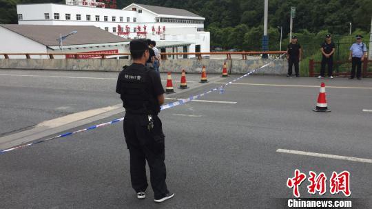 西汉高速陕西段发生一起交通事故。 张远 摄