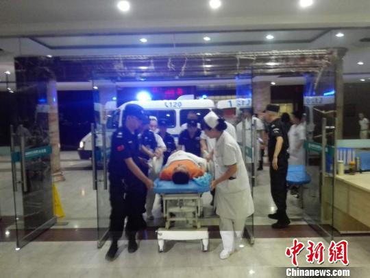 成都总医院连夜收治首批九寨沟地震伤员。 田华 摄