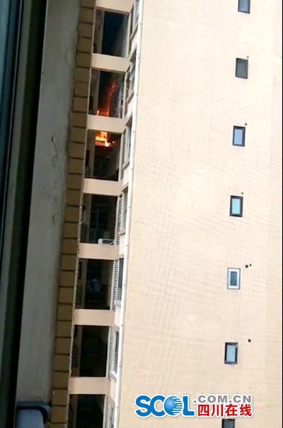 雅安一高层住宅起火浓烟滚滚 因灯爆引起?